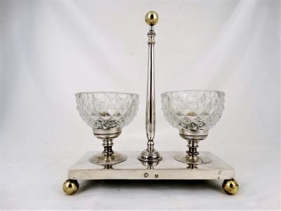 Zilveren specerijenhouder met 2 krisstallen zoutbakje. België - Kortrijk - 1794-1830