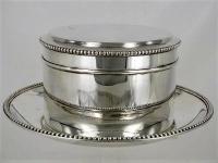 Fraaie 2e gehalte Zilveren koektrommel op onderschotel met parelrand.