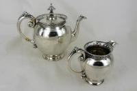 Zilveren theepot en melkkannetje