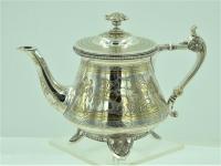 Fraaie Zilveren theepot met gravures van strijders en vergulding